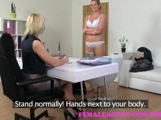 Una rubia entrevista a otra rubia sexualmente