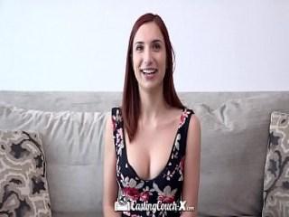 Pelirroja que le gusta masturbarse sus dos agujeros