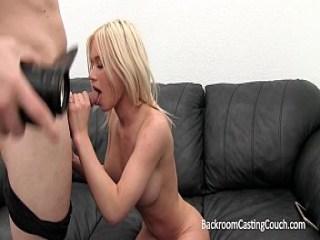 Una rubia con su culo comprometido