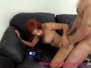 Pelirroja encalada en un sofa